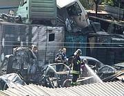 Vigili del fuoco al lavoro tra le carcasse di auto (Proto)