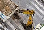 Scavi continui - È mai possibile che l'incrocio tra via Panaro e via Clisio (Municipio  II) stia per essere squarciato per la terza volta in pochi mesi? Dopo  un primo intervento Italgas la strada era stata completamente  riasfaltata ed erano state tracciate le righe; poi Acea ha riaperto  tutto con uno scavo e riasfaltato (mettendoci malamente una pezza);  adesso Italgas sta aprendo una nuova trincea. Naturalmente seguiranno  altro asfalto e altre righe. Davvero non c'è un modo più razionale ed  economico per programmare ed eseguire i lavori pubblici a Roma? (Foto di  Lorenzo Grassi)