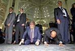 La preghiera di Morsi - Arrivato in Italia il 13 settembre per una visita ufficiale, il 14 il presidente egiziano Mohamed Morsi, accompagnato da un imponente cordone di sicurezza, si è recato alla Grande Moschea per  la preghiera del venerdì. «Il nostro dovere - ha detto - è quello di ristabilire la pace. Ma non ci può essere pace senza che vi siano reciproco rispetto e giustizia». Nel giorno in cui la protesta contro l'Occidente ha infiammato il mondo islamico, Morsi ha invitato i musulmani a mantenere la calma. In un discorso di circa mezz'ora, il presidente egiziano ha ripetuto più volte le parole «perdono, giustizia, sicurezza e pace». In tanti sono giunti un po' da tutta Italia per pregare insieme a lui «e per avere una parola di conforto in un momento così duro per la comunità musulmana del mondo». Morsi è tornato a condannare le violenze degli ultimi giorni definite «assolutamente inaccettabili»: «Diciamo a quella minoranza che sta cercando di rovinare i rapporti tra i popoli che commette crimini contro la nostra fede e il nostro credo e il credo degli altri, che sta nuocendo al nostro Profeta, a sè stessa e a tutti i popoli a cui appartiene».  E sulla Siria: «Non è possibile rimanere fermi davanti al fiume di sangue che sta scorrendo nel Paese»