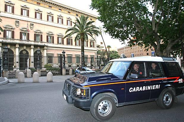 Carabinieri all'ambasciata - Allerta in via Veneto, dove c'è l'ambasciata americana a Roma, dopo l'attentato in Egitto. Le forze dell'ordine stanno rinforzando il presidio dell'edificio (Foto Ansa)