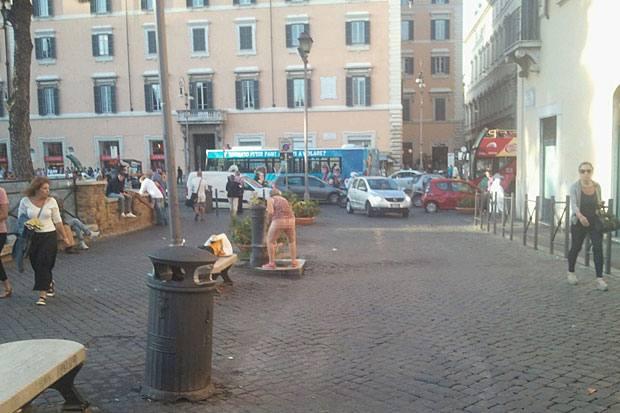 Igiene personale in piazza - Nella foto ricevuta a un lettore una persona mezza nuda si lava alla fontanella di via San Nicola de' Cesarini nell'area pedonale  di  Torre Argentina tra lo stupore e anche l'indifferenza dei passanti