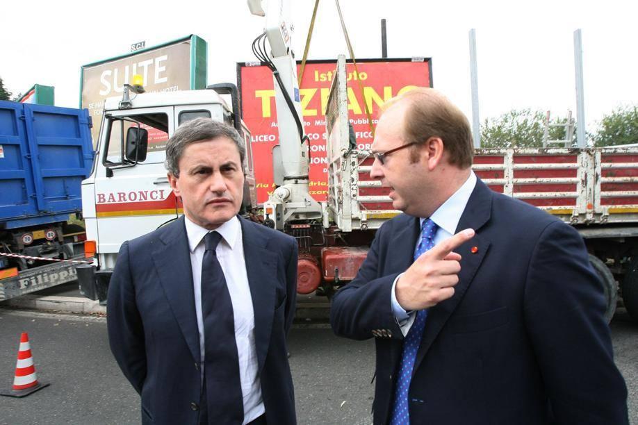 Il sindaco Gianni Alemanno e l'assessore Davide Bordoni assistono alla rimozione di cartelloni abusivi (Jpeg)