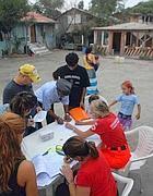 Bambini rom fanno i compiti di scuola in un campo (Proto)