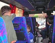 Bambini rom su uno dei bus del Comune che li portano a scuola