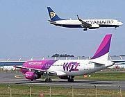 Due aerei di compagnie low cost a Ciampino (foto da 06blog.it)