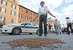 Api in piazza - Migliaia di api sono arrivate in piazza di Spagna. Forse lo sciame ha perso l'orientamento. Ad aiutarle a ritrovare la giusta direzione è stato un apicoltore (foto Jpeg)