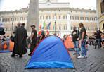Indignados contro la casta - Alcuni manifestanti sabato pomeriggio hanno piantato le tende in Piazza di Montecitorio dando inizio ad un presidio ad oltranza contro la casta e gli sprechi. La manifestazione e' stata organizzata dal gruppo facebook Catena Umana Attorno Al Parlamento Italiano (Foto Eidon)