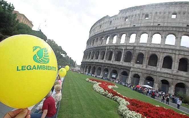 «Puliamo il mondo» - Organizzata in Italia da Legambiente, «Puliamo il Mondo» è un'iniziativa internazionale che ha coinvolto in quest'ultimo week-end di settembre oltre 600 mila volontari, di cui 300mila studenti soprattutto delle scuole medie. Persone di tutte le età hanno ripulito oltre 4000 località dai rifiuti abbandonati. Nella pulizia straordinaria sono stati raccolti rottami di ogni genere come materassi, carcasse di elettrodomestici, mobili e tanta plastica. A Roma i volontari hanno portato palloncini e striscioni in via dei Fori Imperiali per ricordare l'iniziativa (Foto Ansa)
