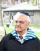 Shlomo Venezia in una dei suoi Viaggi della Memoria con i giovani ad Auschwitz (Ansa)