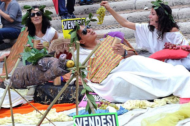 Protesta in Campidoglio - Il movimento per il diritto all'abitare è in presidio sul Campidoglio da lunedì (e fino a mercoledì) «per rivendicare il diritto alla casa e contro la svendita del patrimonio pubblico» (Foto Ansa)