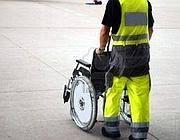 Un disabile sulla pista di uno scalo aereo (foto dal sito Superando.it)