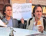 Mario Staderini (a sinistra) e Angelo Bonelli mostrano il cartello che allude agli 8 referendum di «Roma si muove» (Jpeg)
