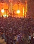 La folla di ragazzi radunata in piazza Cavour (da Twitter)
