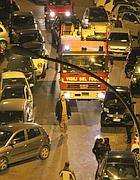 Un camion blocca via Flaminia vecchia  causa marciapiedi allargati