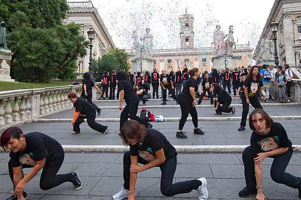 Per gli asili pubblici - Flash mob dell'USB sulla scalinata del Campidoglio in difesa degli asili pubblici, tra gli slogan: «I bambini non sono una merce» (foto Jpeg)