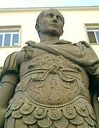 Una statua di Giulio Cesare (Wikipedia)