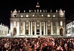 La piazza - Si sono riversati su piazza S. Pietro per ricordare quell'11 ottobre di  50 anni fa, quando papa Giovanni XXIII si affacciò alla finestra del suo studio per salutare le oltre centomila  persone che in piazza celebravano l'apertura del Concilio Vaticano II. Fu la notte del discorso con la celebre frase «portate una carezza ai vostri bambini e dite loro è la carezza del papa». L'11 ottobre 2012, nella stessa piazza decine di migliaia di persone si sono raccolte in preghiera a fianco di papa Benedetto XVI per ricordare quell'evento (foto del lettore  Paolo Cerino)