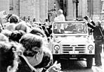 La Campagnola «in mostra» - Le sue immagini con il Papa riverso sul sedile, appena colpito dai proiettili di Ali Agca, fecero il giro del mondo e restano nella memoria collettiva degli ultimi decenni. E ora la Fiat Campagnola su cui Giovanni Paolo II percorreva Piazza San Pietro al momento dell'attentato del 13 maggio 1981 diventerà un vero reperto storico, trovando posto all'interno dei Musei Vaticani. I visitatori, infatti, potranno vederla nel nuovo allestimento del Padiglione delle Carrozze, come una delle nuove acquisizioni, in mezzo alle varie testimonianze di quella che nel corso dei secoli è stata la mobilità pontificia, insieme a selle, portantine, carrozze a cavalli, automobili d'epoca e «papamobili». La Fiat Campagnola bianca del drammatico attentato a Wojtyla ha trovato un posto d'onore nel Padiglione creato da Paolo VI nel 1973 e allestito nel vasto locale sotterraneo al di sotto del Giardino Quadrato, che conserva i mazzi di trasporto usati dai vari Pontefici. Tra questi, oltre alle carrozze ottocentesche, il modellino della prima locomotiva della Città del Vaticano (1929), mentre un posto di spicco ha la Berlina di Gran Gala, carrozza dorata costruita per papa Leone XII e usata fino a Pio XI (foto Ansa)