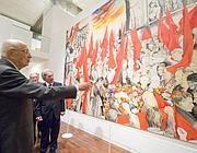 Giorgio Napolitano davanti all'opera «Funerali di Togliatti» del 1972 (Jpeg)