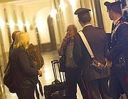 Turisti ospiti di un b&b cercano nuovo alloggio al telefono (Jpeg)
