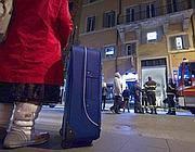 Con la valigia in attesa di sapere dove andare a dormire (foto Jpeg)