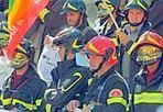 La marcia dei pompieri - Prima  una marcia di protesta in fila indiana lungo via Nazionale, poi la protesta sotto il Viminale. Vigili del fuoco armati di striscioni,  pannoloni e cateteri, hanno espresso indignazione «una riforma delle pensioni che li vuole ad operare sui mezzi di soccorso a 62, 63, ed alcuni persino a 66 anni» (foto Jpeg)