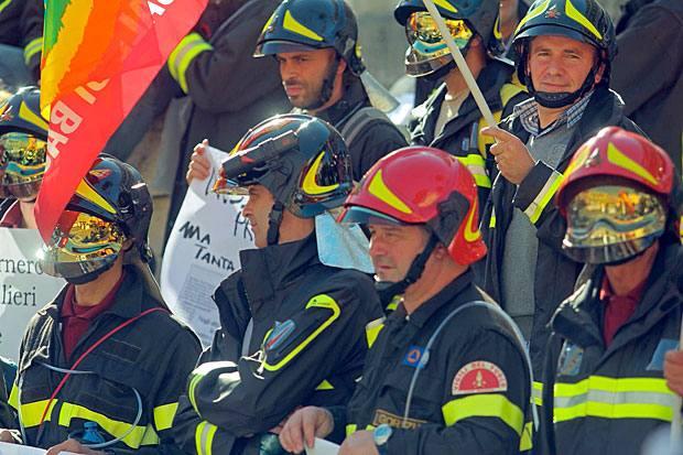 La marcia dei pompieri - Prima  una marcia di protesta in fila indiana lungo via Nazionale, poi la protesta sotto il Viminale. Vigili dle fuoco armati di striscioni,  pannoloni e cateteri, hanno espresso indignazione «una riforma delle pensioni che li vuole ad operare sui mezzi di soccorso a 62, 63, ed alcuni persino a 66 anni» (foto Jpeg)