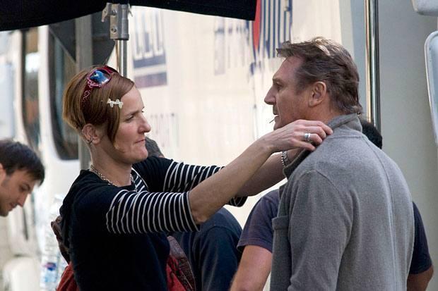 La terza persona - Ultimi ritocchi della costumista a Liam Neeson protagonista del film di Paul Haggis  «The Third Person» che si gira in questi giorni a Roma (Corbis)