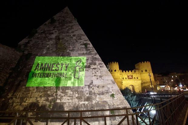 Diritti Umani - La manifestazione di Amnesty International alla piramide giovedì sera per protestare contro l'accordo Italia-Libia in materia di controllo dell'immigrazione. Amnesty ha raccolto 28.474 firme per chiedere all'Italia di «accantonare l'accordo sottoscritto ad aprile» e chiede agli stati europei di mettere i diritti umani al centro delle politiche sull'immigrazione. La campagna è stata promossa a luglio a Lampedusa. (Foto Ansa)
