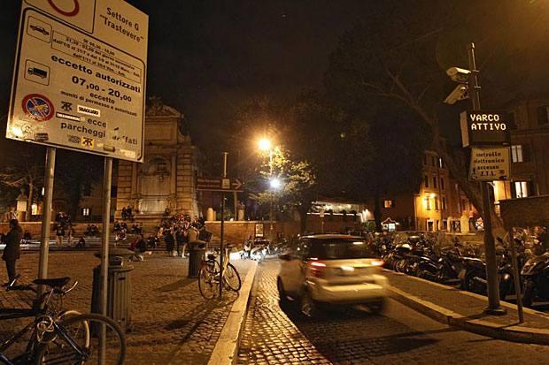 Ztl notte: nuovi orari  - Cambiano gli orari delle Ztl  notturne a Roma. Da giovedì 1 novembre sino ad aprile le Ztl notturne di San  Lorenzo e Trastevere saranno attive solo il venerdì e il sabato  sempre dalle 21.30 alle 3.00 del giorno successivo, festivi inclusi.  È invece libero l'accesso il mercoledì e il giovedì sera.  Mercoledì 31 ottobre le ztl notturne rimarranno regolarmente attive  dalle 21.30 alle 3 (foto Jpeg)