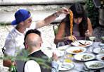 Un Cristiano a Roma - IL «re del gol» Cristiano Ronaldo mentre mangia gli spaghetti con la sua segretaria al De Russi di Roma.  Ronaldo è come una cambiale per le difese avversarie: quando scende in campo segna sempre, anche se la sua squadra, il Real Madrid, il 24 ha perso sul campo del Borussia Dortmund (© belmonte-scarfone/Splash News/Corbis)