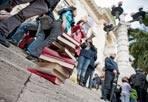 Flash-mob dell'Istruzione - Nuovo flash mob degli insegnanti domenica davanti al Ministero dell'Istruzione per «protestare contro la legge di stabilità che prevede l'aumento delle ore di insegnamento da 18 a 24». Centinaia di docenti delle scuole medie e superiori sono tornati in piazza  dopo il «presidio a sorpresa» della scorsa settimana: con loro hanno portato penne rosse e compiti da correggere. Sulle gradinate del Ministero hanno scritto «scuola pubblica» con le carote (foto Agf)