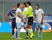 Biancocelesti discutono con l'arbitro Bergonzi (Ansa)