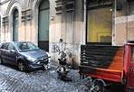 Roghi a piazza Farnese - Alcuni veicoli sono stati incendiati nella notte tra domenica e lunedì nel pieno centro di Roma. Ad andare a fuoco, nella zona di piazza Farnese, un'auto, una moto e un'Ape. Le fiamme hanno distrutto i veicoli ma non hanno provocato altri danni. Sul posto sono intervenuti i vigili del fuoco e i carabinieri, che indagano sui roghi: infatti non si esclude il dolo (foto Proto)