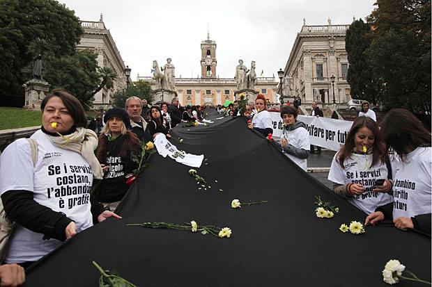 «Welfare addio» - Un lungo drappo nero, fiori e magliette sulla crisi del welfare davanti al Campidoglio, un flash-mob funebre per celebrare il funerale dei servizi di assistenza per disabili sulla scalinata del Campidoglio (Eidon)