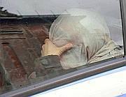 La sorella della vittima si copre la testa mentre viene condotta in commissariato (Proto)