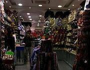 OGNI DUE VETRINE UN SOUVENIR - In pratica nelle vie più turistiche del  centro ogni due vetrine c è un negozio di souvenir con cavatappi a forma di  cupola di ... 3286cb9932b7