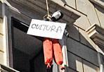 La cultura «impiccata» - La protesta del liceo artistico di via di Ripetta contro i tagli alla scuola e alla cultura (Mario Proto)