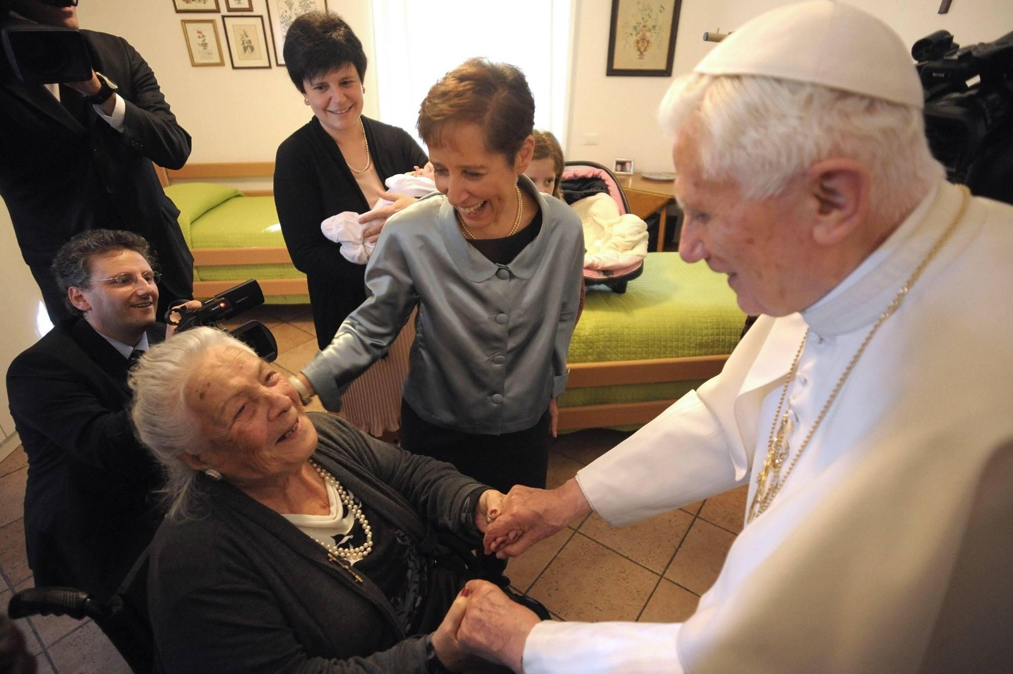 Il Papa incontra alcune signore della casa di riposo (Eidon)