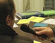Un giocatore si lascia intervistare durante una riunione di «Giocatori Anonimi» a Roma