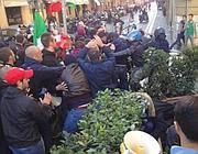 Sassi contro i poliziotti in via di Ripetta (Ansa)
