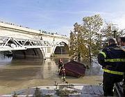 Vigili del fuoco mettono in sicurezza un prefabbricato che galleggiava sulle acque del Tevere (Ansa)