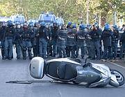 Schieramento di polizia sul lungotevere vicino al Ghetto (foto LaPresse)