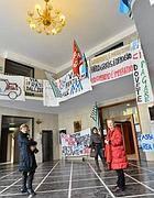 La protesta dentro la sede Idi (foto Jpeg)
