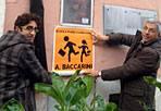 Senza ginnastica  - Non sanno cosa significa fare ginnastica i piccoli alunni della scuola elementare Baccarini, all'Esquilino. E ai genitori fa rabbia che nello stesso palazzo dell'istituto ci siano stanze della caserma Medici. Per questo Luigi Nieri, capogruppo di Sel alla Regione Lazio, ha chiesto che gli spazi della caserma vengano destinati alla scuola. «Il Comune di Roma pensa di far cassa vendendo il suo patrimonio e quello dello Stato, a partire dalle ex caserme - spiega Nieri - ma le caserme possono essere una risorsa importante per la città. Per questa scuola possono diventare la palestra e la mensa, ma potrebbero anche divenire centri culturali o per gli anziani o per i servizi sociali» (foto Ansa)