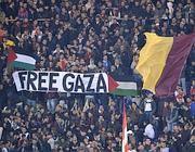 Uno striscione «Free Gaza» giovedì all'Olimpico (Ansa)