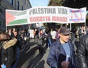 Lo striscione pro Palestina nel corteo dei Cobas (Ansa)