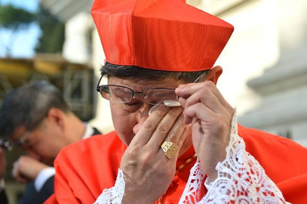 Le lacrime del cardinale - Il filippino Luis Antonio Tagle è stato appena nominato cardinale da papa Benedetto XVI a Roma. E si commuove: in un eventuale conclave lui potrà contribuire ad eleggere il nuovo papa. Insieme con Tagle, il Papa ha nominato altri 5 nuovi cardinali (Afp Photo / Vincenzo Pinto)