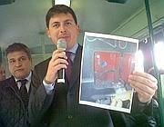 L'Ad di Atac Diacetti mostra il comando di sicurezza danneggiato (foto Jpeg)