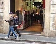 Un negozio di vestiti aperto la mattina del 25 in via del Corso (Zanini)